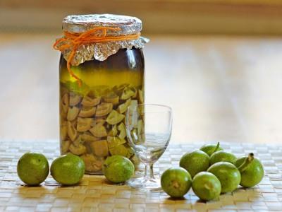 рецепт молочных грецких орехов настоянные на водке с мёдом