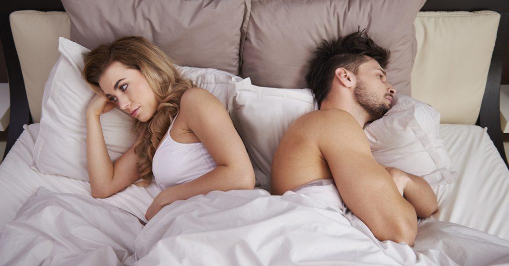 мужчина и женщина лежат в кровати