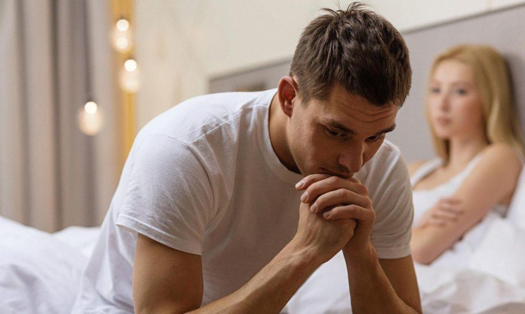 Мужчина грустит в постели