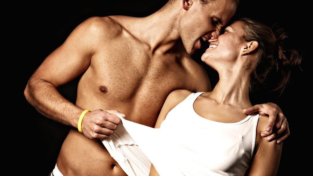 Мужчина и женщина обнимаются