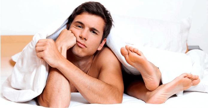 Мужчина в постели недоволен