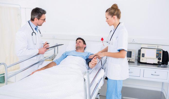 Мужчина лежит в больничной кровати