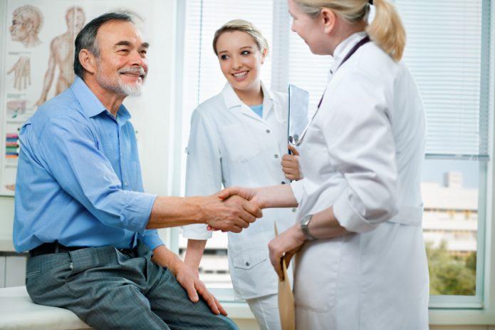 Пациент и врач жмут руку друг другу