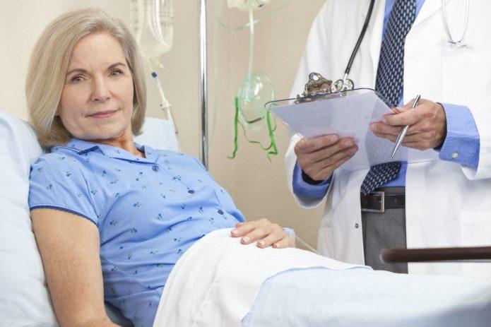 Женщина на выписке из больницы после процедуры